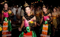 thai-traditional-dance-thai-people-float-on-water-a-small-rafts-krathong-festival-hua-hin-thailand-1600x1066
