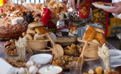 Maslenitsa-Russian-festival-Girls-food-1024x682